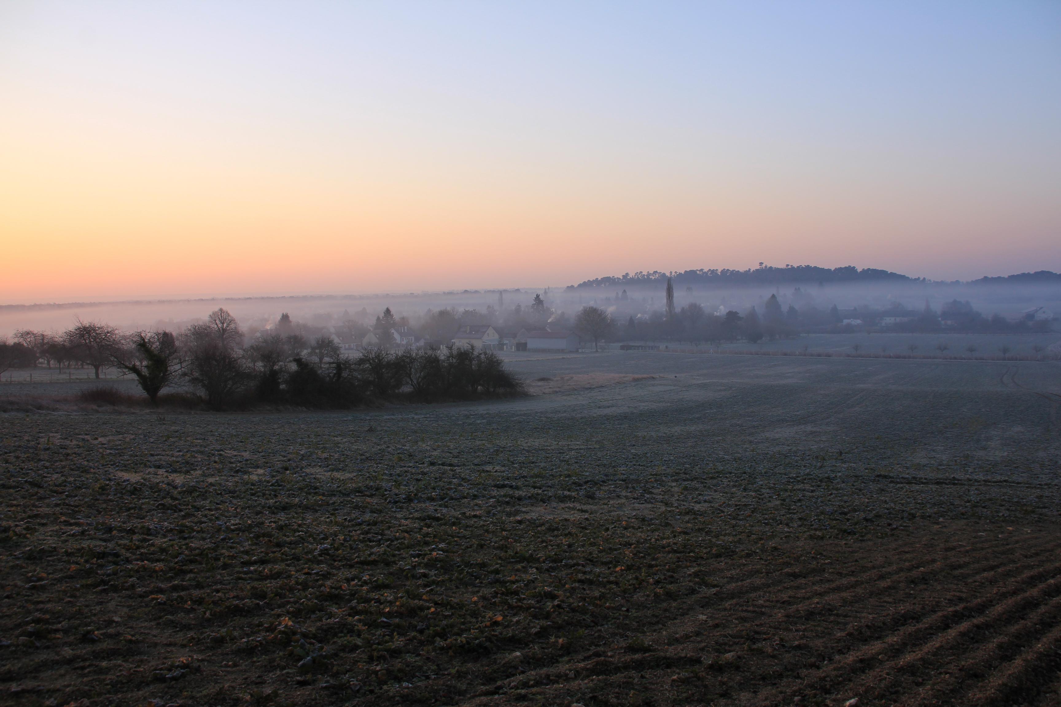 Le village se réveille sous la brume de l'hiver